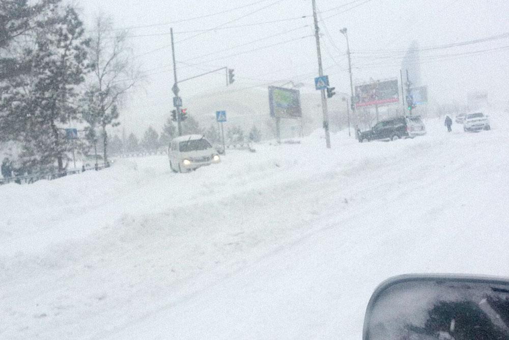 Классический снежный коллапс в Хабаровске: люди бросают машины прямо в сугробах, потому что не могут ехать дальше