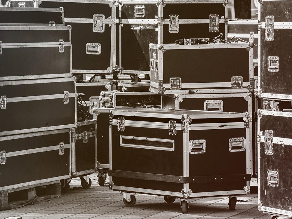 Кофры — это большие прочные кейсы. В них хранится и перевозится все, что пригодится исполнителю и его команде в турне. Все кофры на колесиках, поэтому загружать и разгружать фуры легко — достаточно закатить кофр по рампе. Фото: Shutterstock