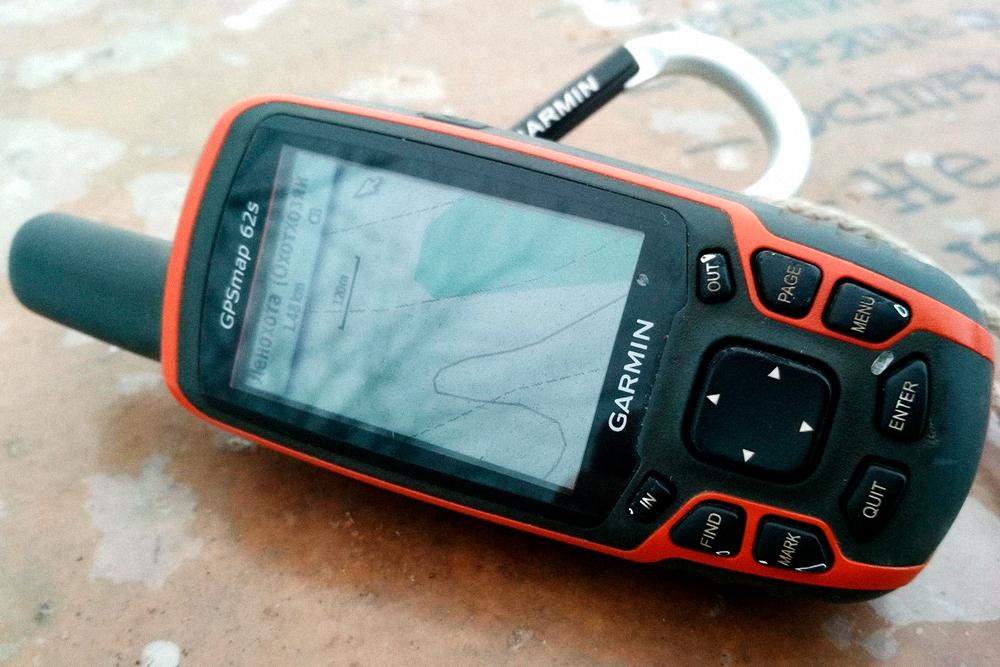 В лесу я пользуюсь навигатором «Гармин». Он не намокает поддождем, работает от обычных батареек AA. Заряда хватает на три дня, но я ношу с собой запасные. Мою модель уже не выпускают, аналогичная стоит 20 тысяч рублей