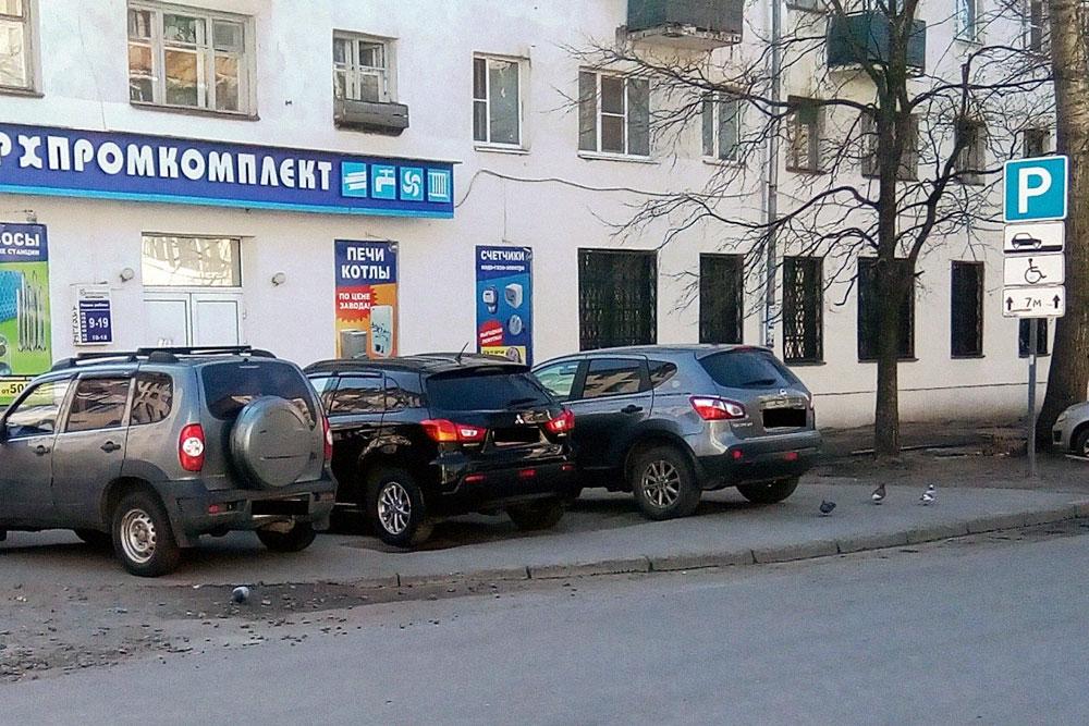 Водители машин на фото припарковались на тротуаре, где нет разрешающих знаков. У правого края кадра начинается полноценная парковка