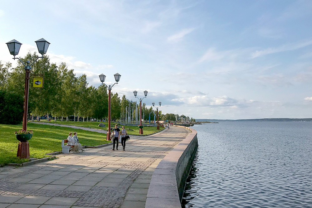 Вдоль Онежского озера сделана набережная, по которой гуляют жители и туристы