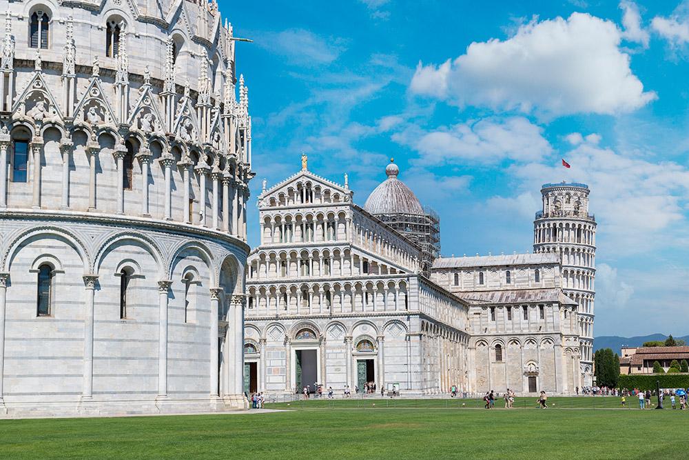Слева — баптистерий, по центру — Пизанский собор, справа — Пизанская башня. Фото: Shutterstock