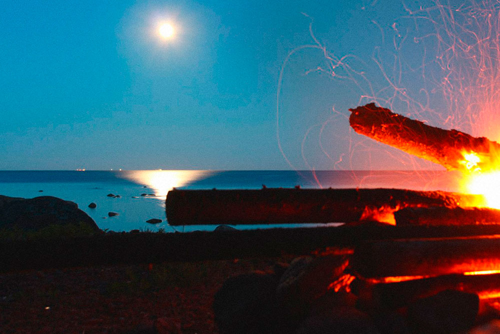 Белая ночь у костра на берегу Финского залива