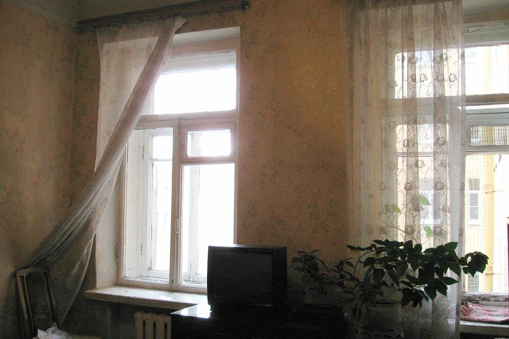 Зато у комнаты идеальная планировка — квадратная и с двумя большими окнами