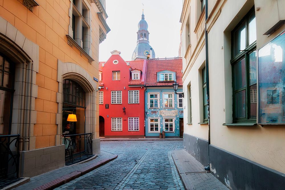 В Старом городе на улице Яуниела снимали советский фильм про Шерлока Холмса и «Семнадцать мгновений весны». Улица небольшая, прогулка займет пять минут