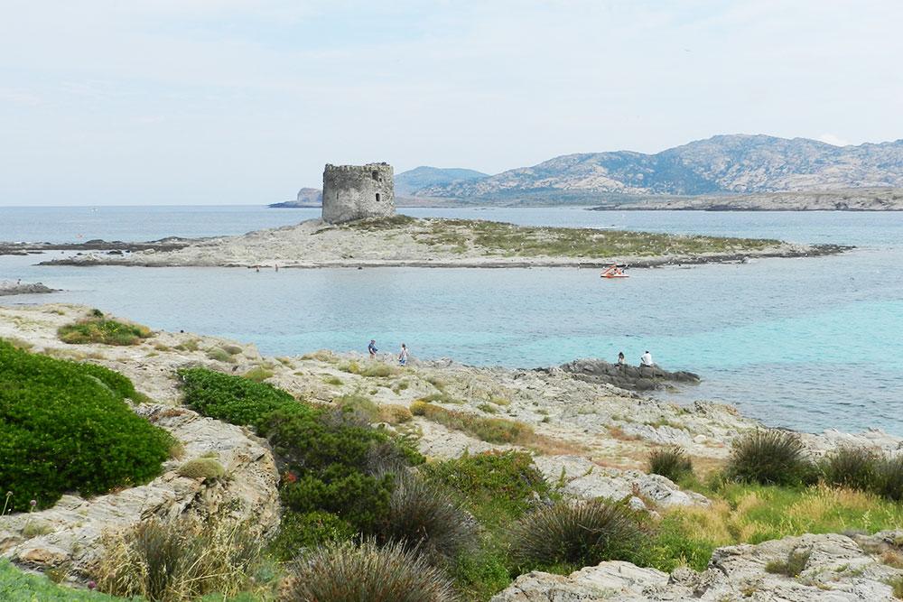 До островка легко добраться вброд, но идти лучше в коралловых тапочках для купания: дно каменистое
