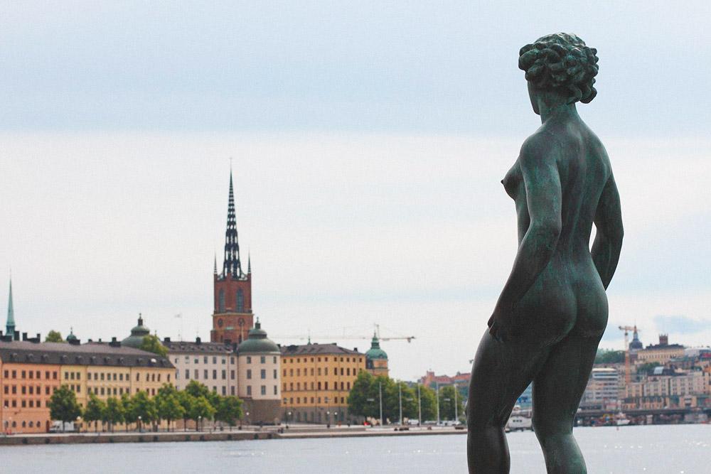 Часть композиции «Пение и танец», установленной возле ратуши. Автор — шведский скульптор Карл Эльд