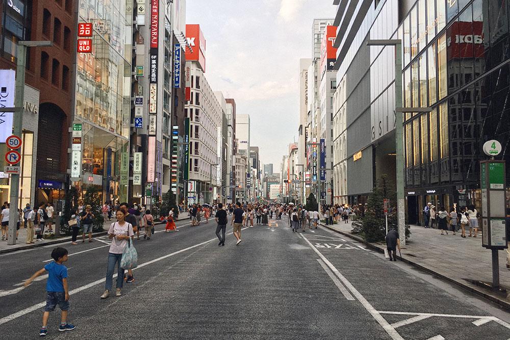 По воскресеньям движение в Гинзе перекрывают, и люди гуляют прямо по дороге