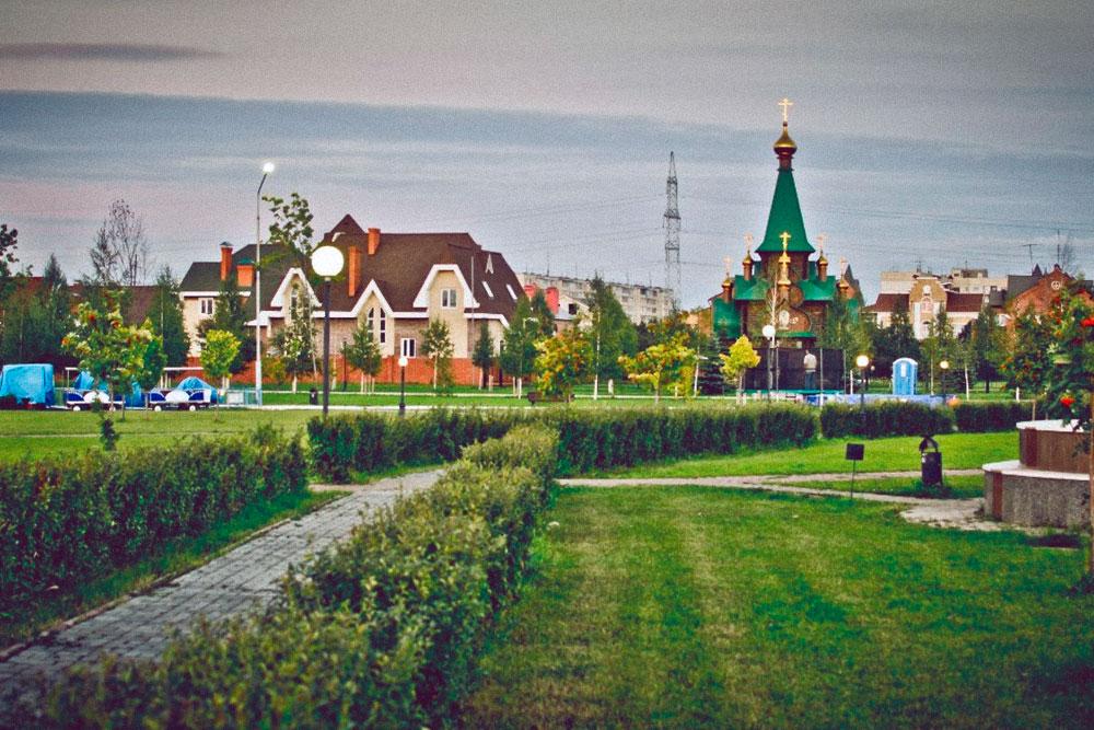 Александровский парк на юго-западе города, рядом коттеджный поселок и новый жилой комплекс