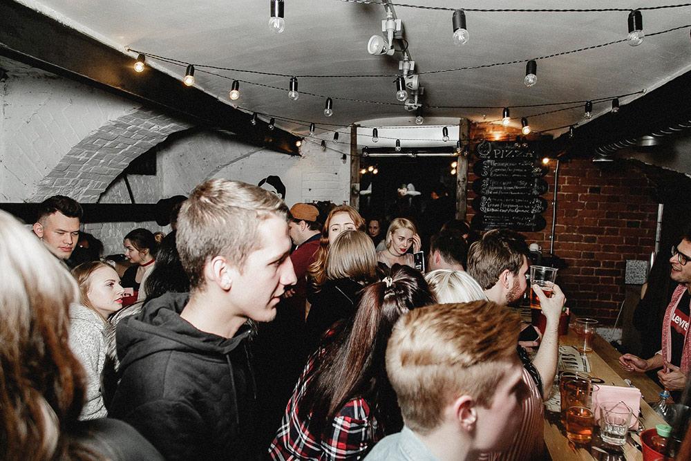 Гости на вечеринке в баре «Синий забор». Фото: Эльмира Лин/Geometria