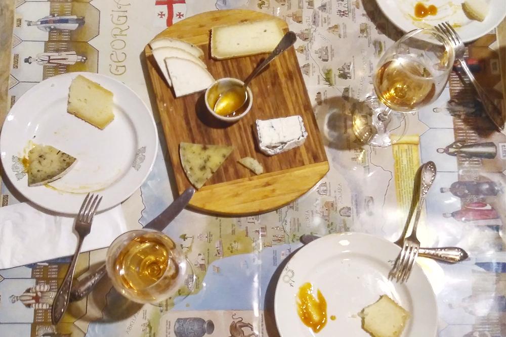 В Грузии множество сыров, которые не известны за пределами страны. В винотеке Wine Underground можно заказать дегустацию из четырех вин за 20 ₾ (460 рублей), а также попробовать тарелку фермерских сыров за 22 ₾ (506 рублей)