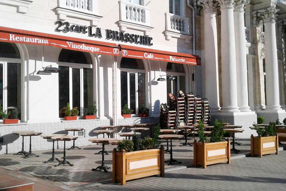 Ресторан «Брассери» на улице Нахимова. В меню русская и европейская кухня: стейк из телятины можно попробовать за 560<span class=ruble>Р</span>, блины с семгой — за 270<span class=ruble>Р</span>
