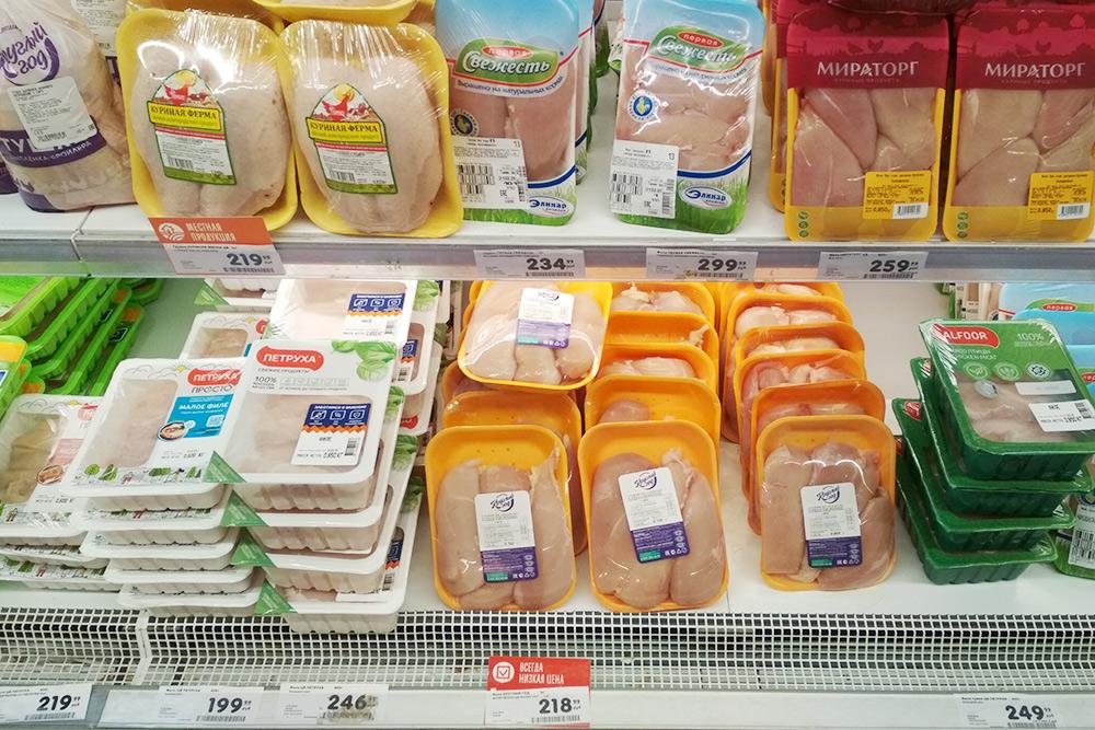 Курица есть как местная, так и привозная. Обычно мы берем филе марки «365 дней» или «Приосколье»