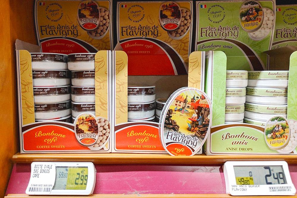 «Анис-де-флавиньи», или анисовый горошек — традиционные бургундские конфеты из зерен аниса в сахарном сиропе и любимое лакомство Людовика XIV. Стоят от 2,5€ (178 рублей) за 50 г
