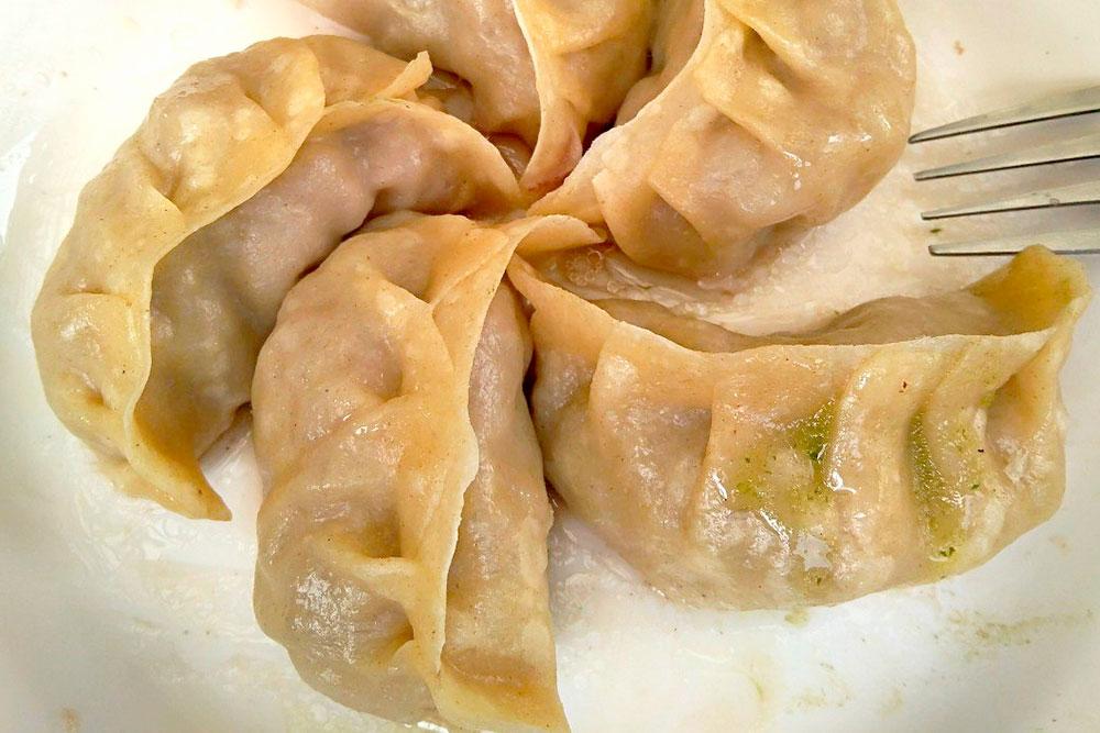 Тибетские момо — это пельмени с мясом, картофелем, сыром или зеленью, которые приготовлены на пару. Порция из 8 штук стоит от 80 рупий (77 р.)
