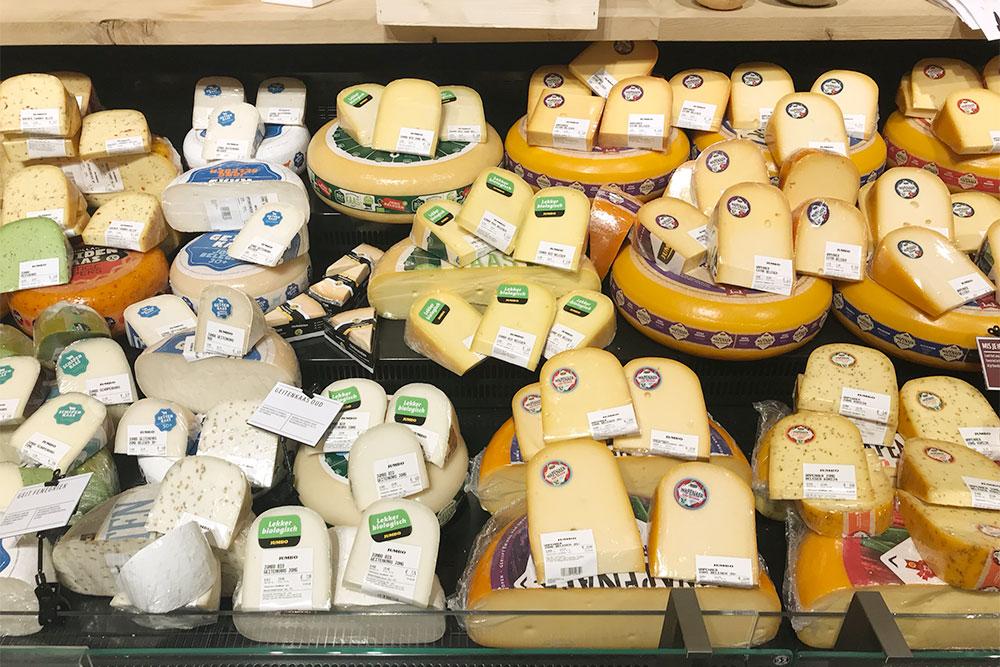 Сыр в супермаркете на любой вкус. Надо обращать внимание на цены не за штуку, а за килограмм. В России я редко на это смотрела