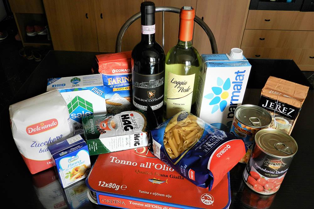 У нас дома всегда есть молоко, кофе, паста, тунец, нут, сливки и соус из помидоров дляприготовления пасты и вино