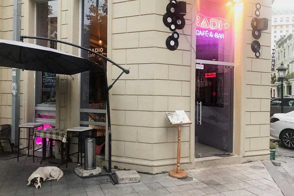 Кафе Radio — мое любимое кафе европейской кухни, всегда с удовольствием прихожу туда, когда устаю от грузинской еды. Капучино стоит 6 GEL (144<span class=ruble>Р</span>)