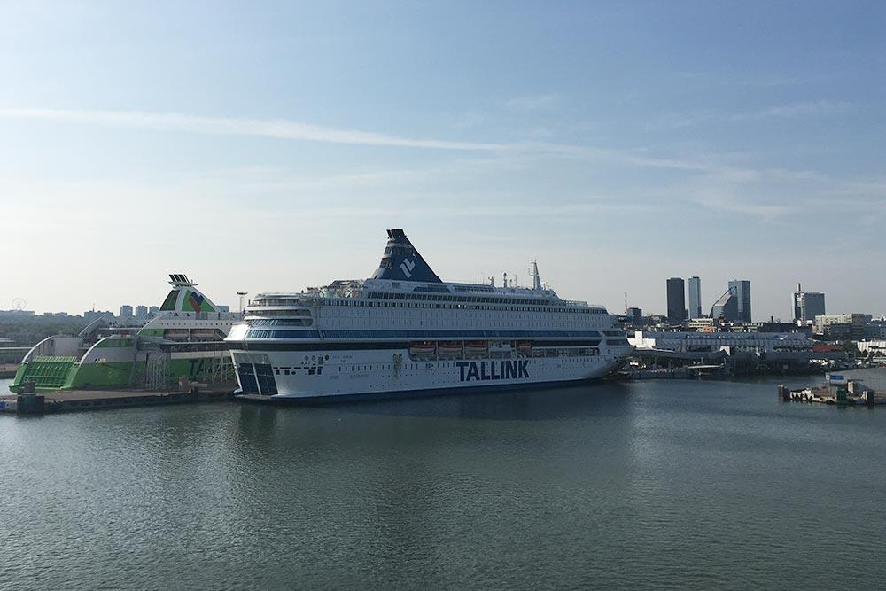 «Силья Европа» у берегов Таллина. Фото я сделала с палубы «Принцессы Анастасии». Все паромы регулярно встречаются в море