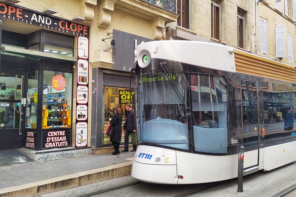 Местные трамваи выглядят довольно футуристично — особенно забавно это выглядит на фоне классических французских зданий 19 века в центре города