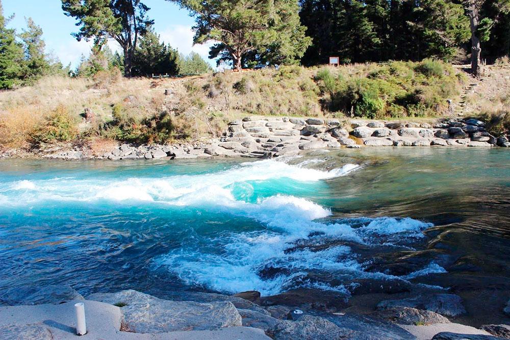 Оттенок воды в реке постоянно меняется