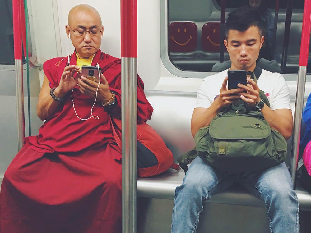 Абсолютно все играют в игры на смартфоне