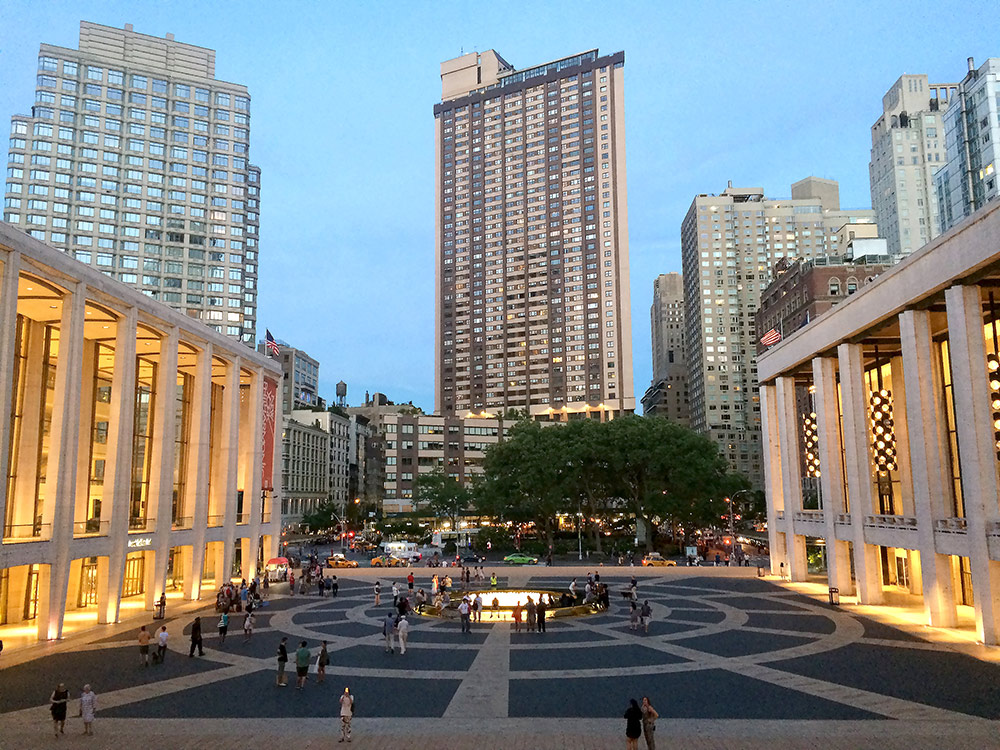 Вид на площадь перед «Линкольн-центром», куда мы регулярно ходим на балет