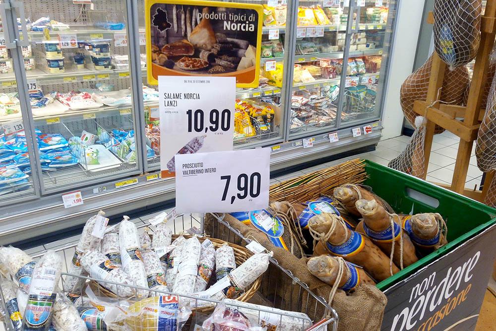 Мясные продукты из Норчи. Прошутто из Норчи более соленое в отличие от классического сладковатого из Пармы. Цена — 7,90€ (620 рублей) за кг
