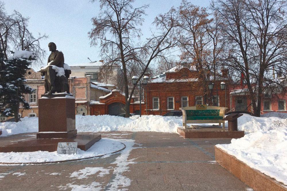 Напротив дома-музея Гончарова находится памятник писателю и знаменитый диван Обломова. Разумеется, с тапочками