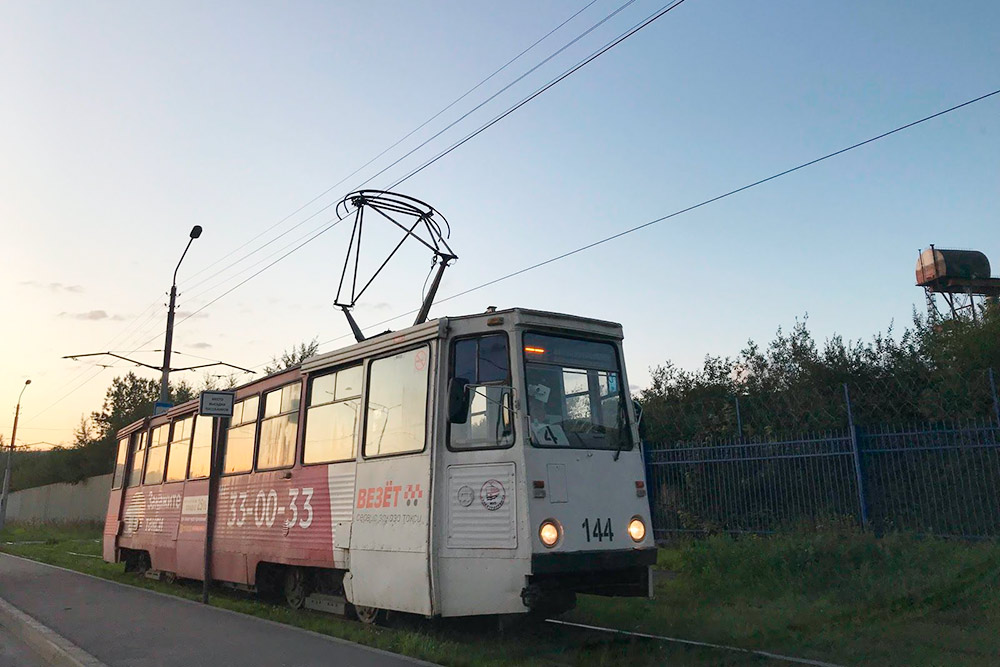 Это местный, не московский трамвай. Летом в нем жарко, зимой холодно, но зато безпробок