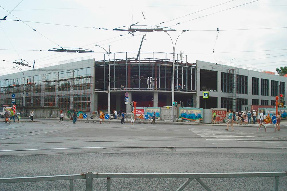 Остановка «Швейная фабрика». Раньше здесь находился ТРЦ «Зимняя вишня», сгоревший 25 марта 2018 года