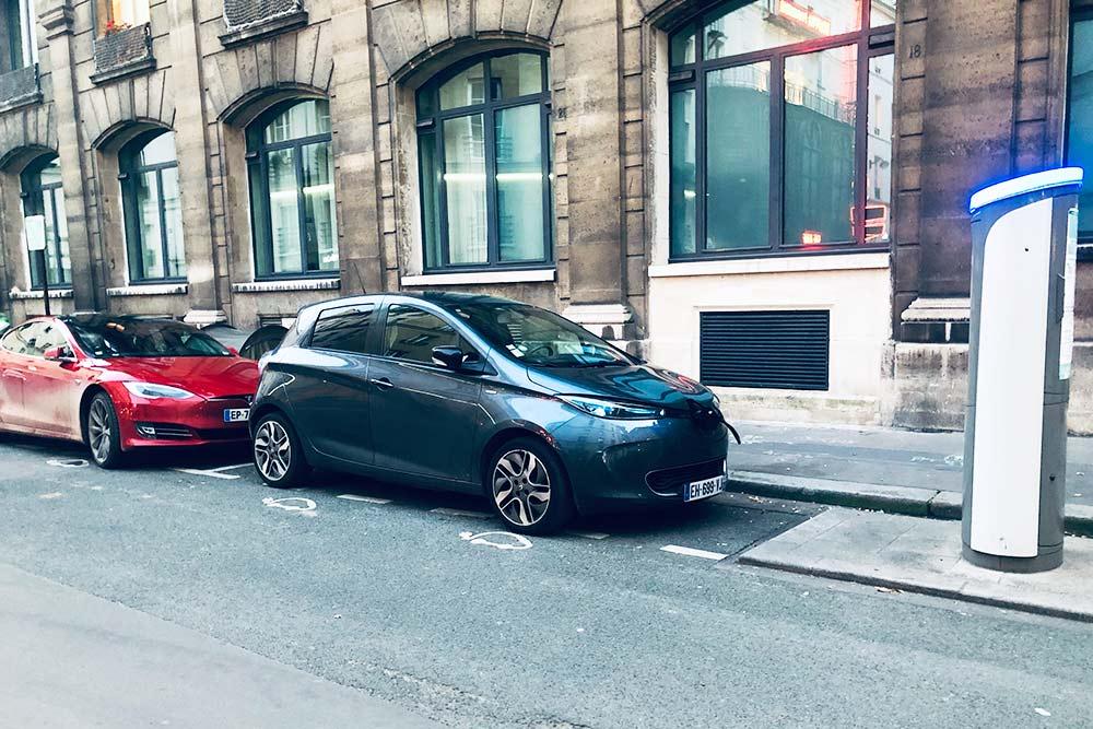 Renault ZOE стоит на зарядке на бесплатной парковке для электромобилей
