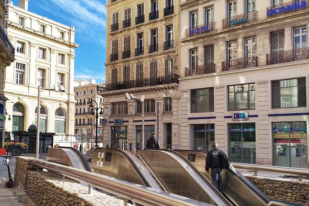 Вход в большинство станций метро Марселя открытый: внешних павильонов нет. Эскалатор привезет вас сразу к турникетам. Еще в марсельском метро во время ожидания поезда играет музыка