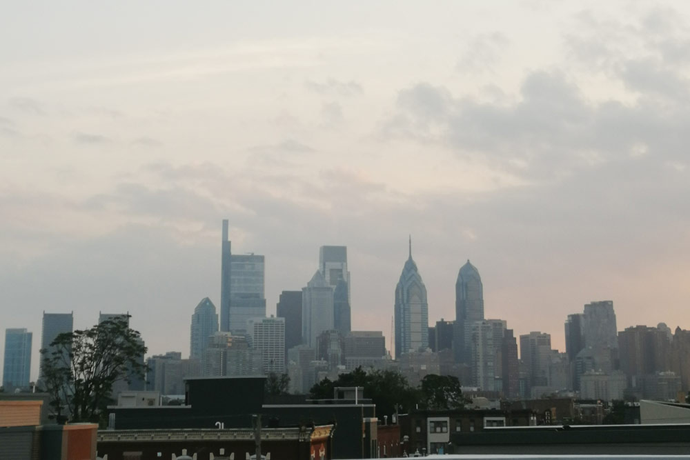 С крыши квартиры новостройки открывается панорамный вид на Филадельфию