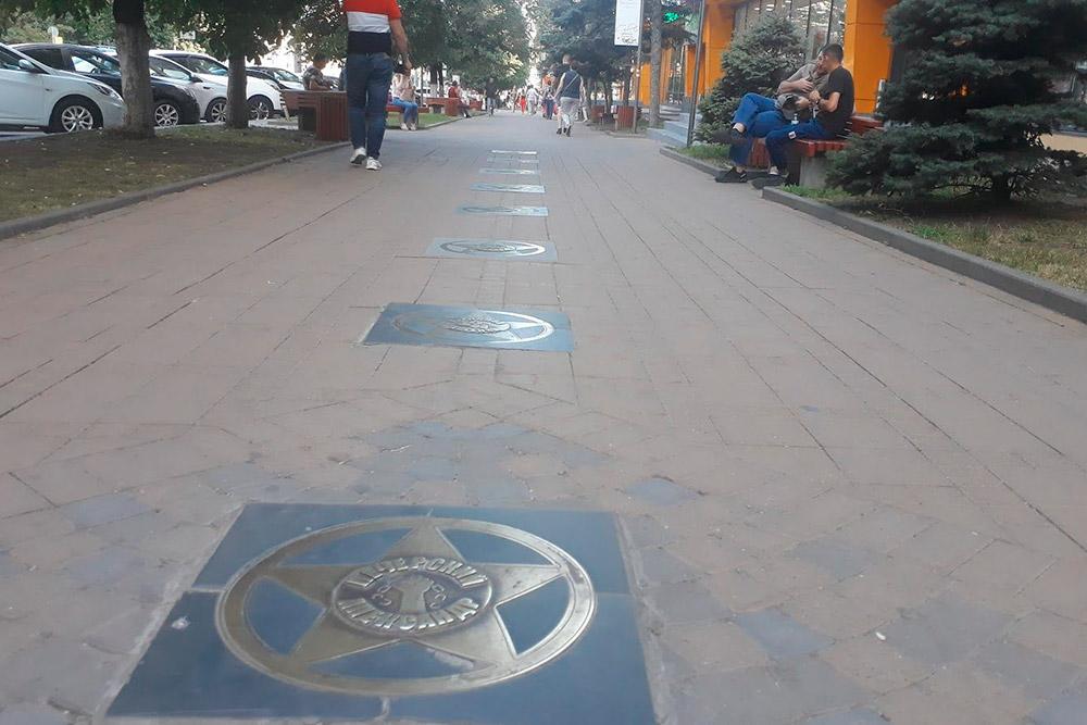 На Ворошиловском проспекте увековечены имена выдающихся ростовчан. На звезде Александра Печерского изображена рука, разрывающая цепи
