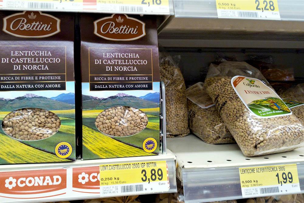 Чечевицу из Кастеллуччо выращивают в горах Сибиллини. По сравнению с другой чечевицей она более питательная и быстрее готовится. Упаковка 250 г стоит 3,89€ (300 рублей). Это в 4 раза дороже обычной чечевицы