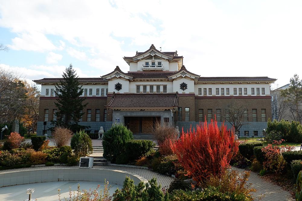 Краеведческий музей расположен в японском здании 1937 года постройки. Тут постоянно проводят разные фотосессии. Входной билет — 200 рублей, детям бесплатно