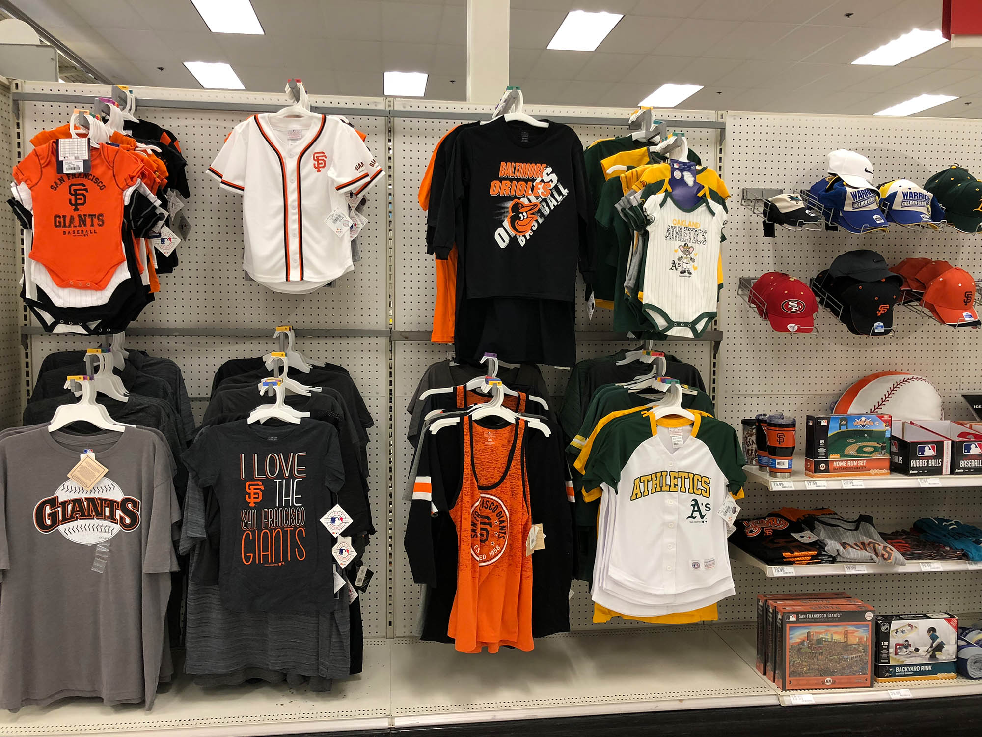 В магазинах огромный выбор одежды с символикой спортивных команд