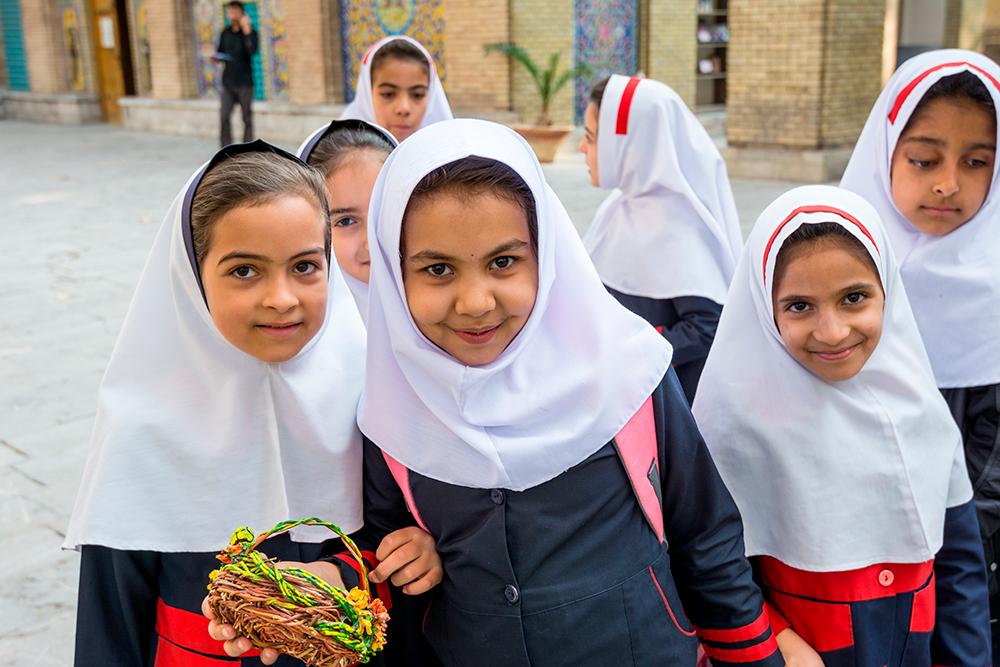 Девочки в школах носят платок с самого начала обучения. Фото: Shutterstock