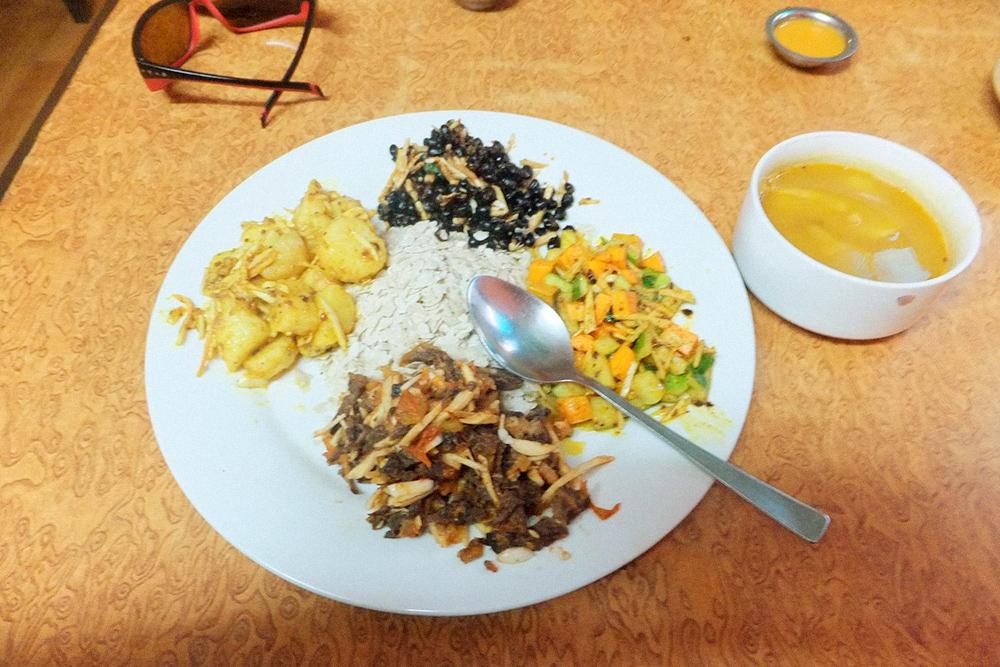 «Дорогое» национальное блюдо в Катманду за 259 рублей: овощи, бобовые, сушеное мясо, острый суп и рисовые хлопья