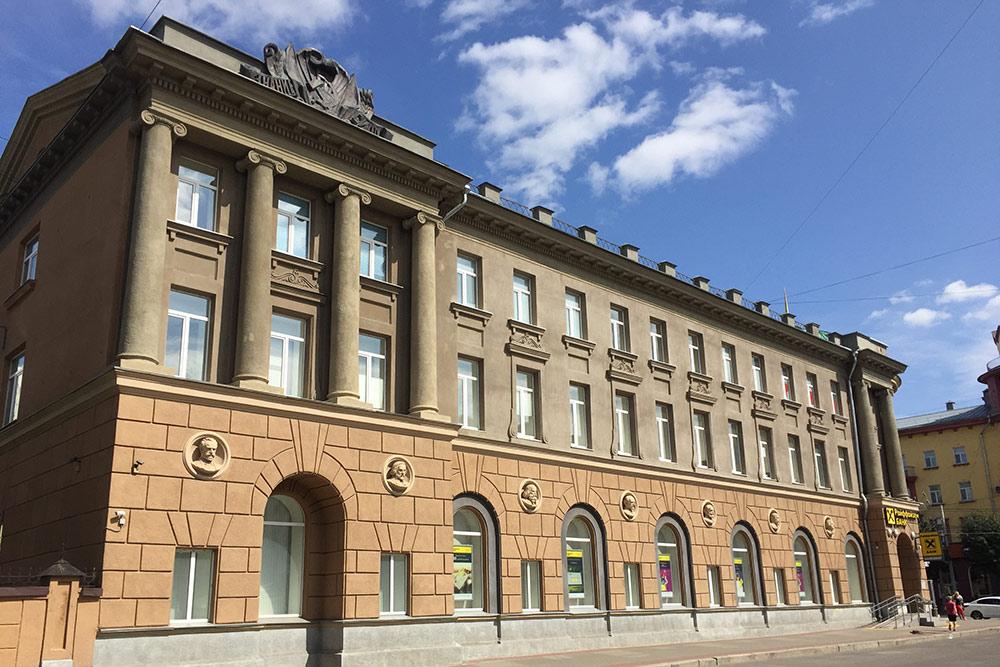 Дом книги на Московской улице с барельефами русских писателей и поэтов