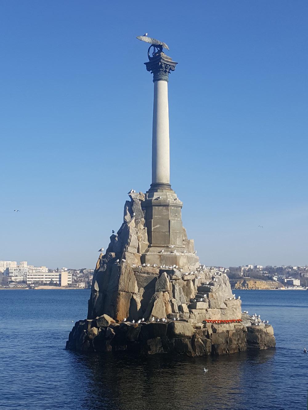Памятник затопленным кораблям — один из символов города