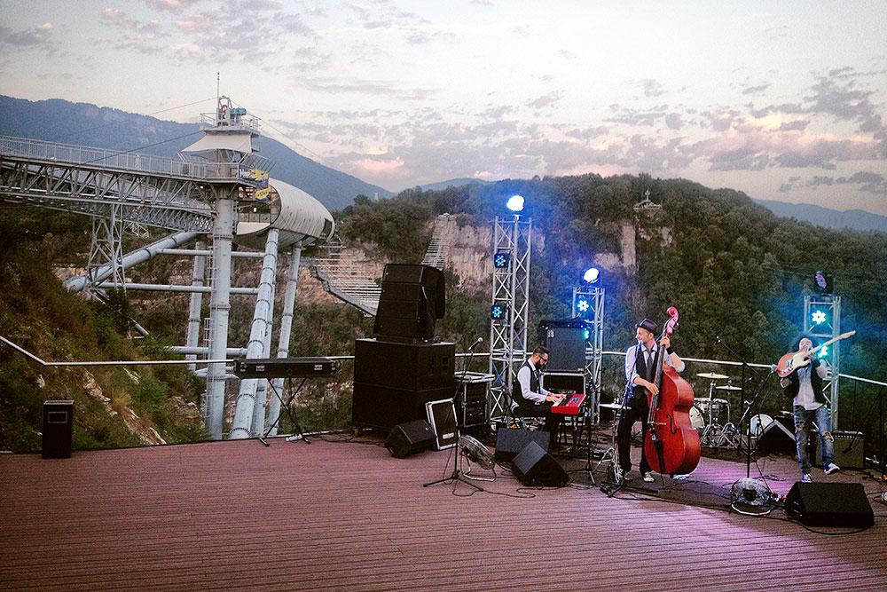 Летний музыкальный фестиваль в горах. Красивая площадка, куда так и не удалось заманить достаточное для окупаемости количество зрителей