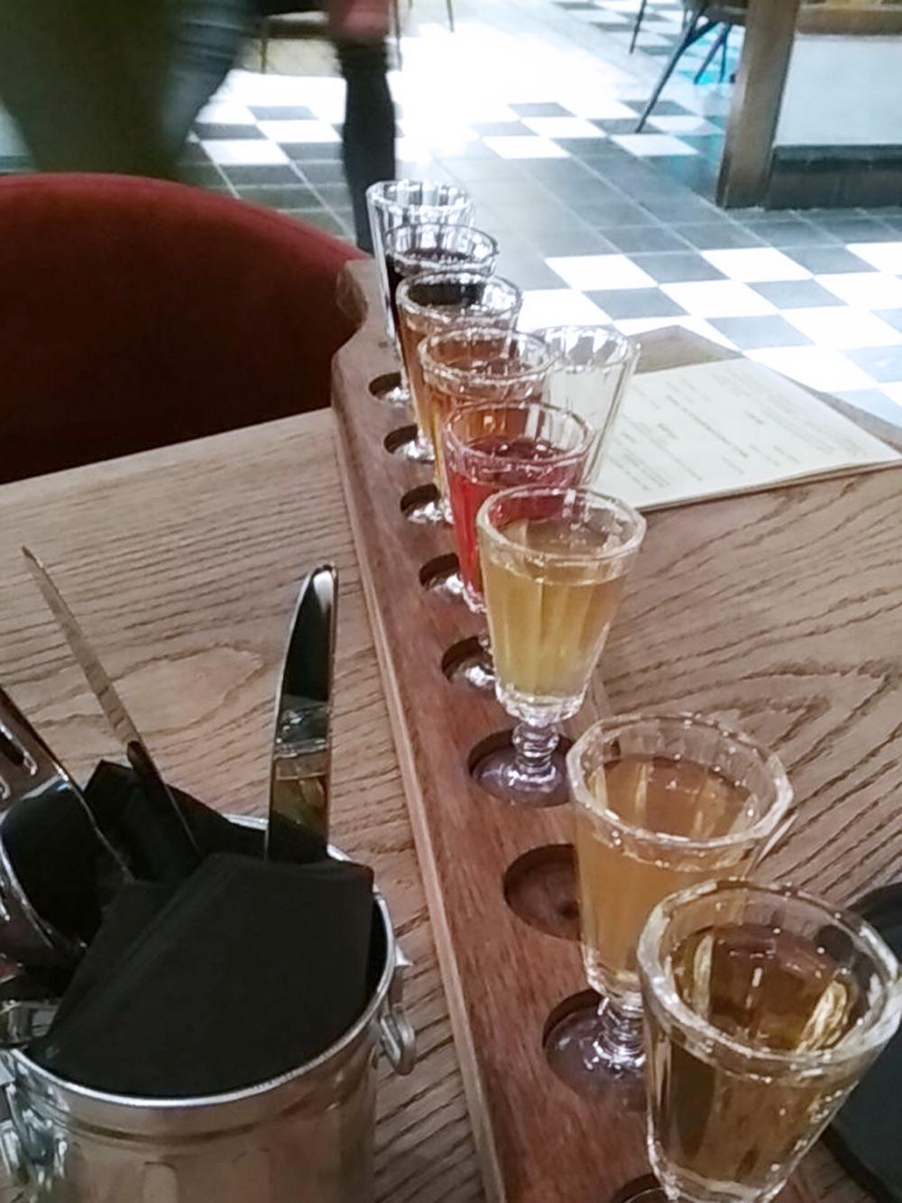 «Аршин заводских настоек» в баре «Чародейка» — это сет из десяти стопочек, выстроенных в ряд