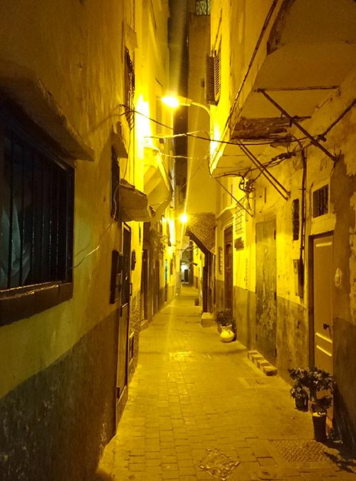 Пустынные улицы в Марокко ночью. Однажды ночью в Фесе мы свернули с людной туристической улицы и заблудились в старом городе. Пока выбирались, было жутко