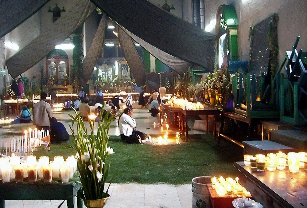 В церкви Сан-Хуан-Чамула душат курицу перед иконой Христа, чтобы изгнать злых духов. Такое вот христианство