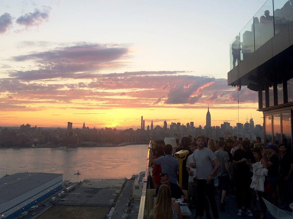 «Вильям-вейл» — пятизвездочный отель в Вильямсбурге (Бруклин) с популярной террасой, с которой открывается один из лучших видов на Манхэттен с этой стороны