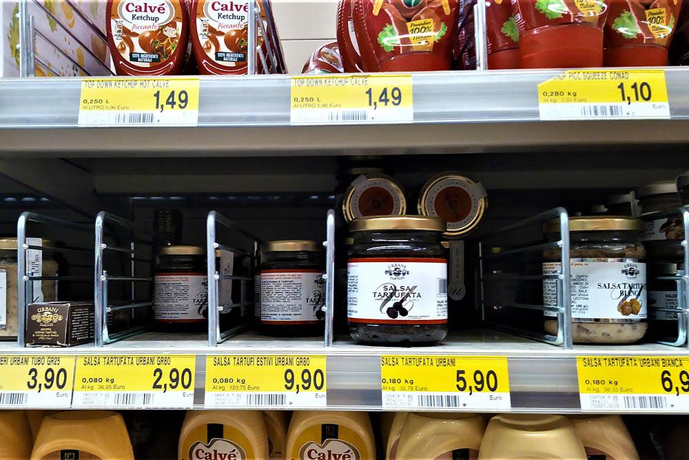 Трюфели лучше есть свежими. Если такой возможности нет, можно купить соус из трюфелей. Его используют для приготовления пасты или мажут на хрустящий хлеб и едят как закуску. Сальса тартуфата (шампиньоны с добавлением трюфелей) стоит 5,90€ (460 рублей), в баночке 180 г. А 80 г соуса из летних трюфелей стоит 9,90€ (770 рублей)