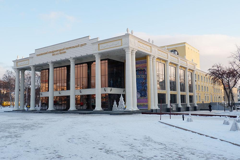 Чехов-центр. Билеты на некоторые спектакли достать сложно. Однажды родственница ждала два месяца и отдала за пару билетов на местный спектакль 2800 рублей
