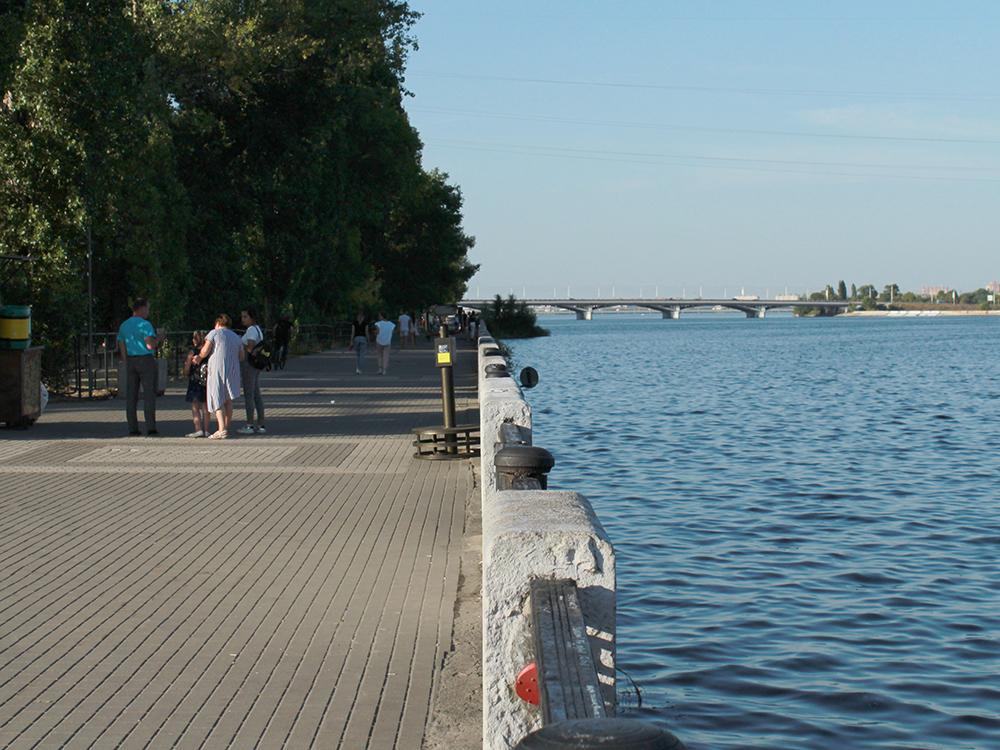 В Воронеже плохая набережная. Несколько лет назад ее отреставрировали, но все равно специально гулять туда не поедешь. На фото вдали Чернавский мост